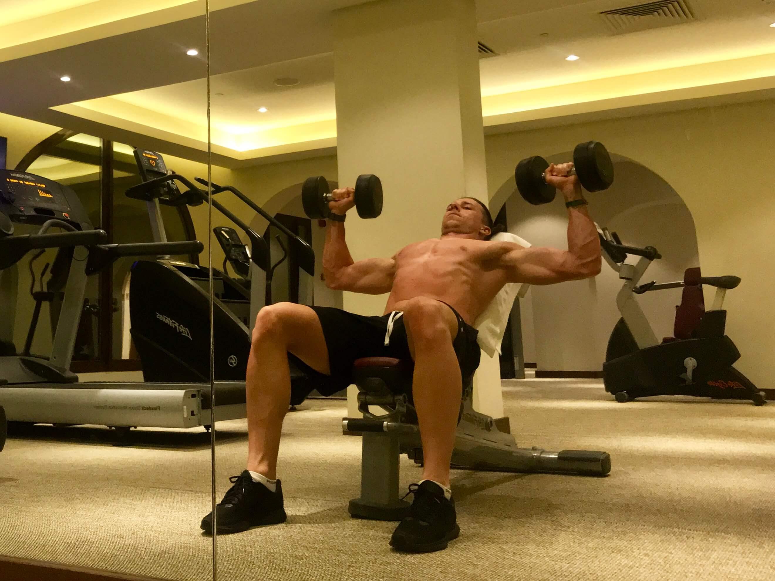 Večerní trénink vhotelovém gymu