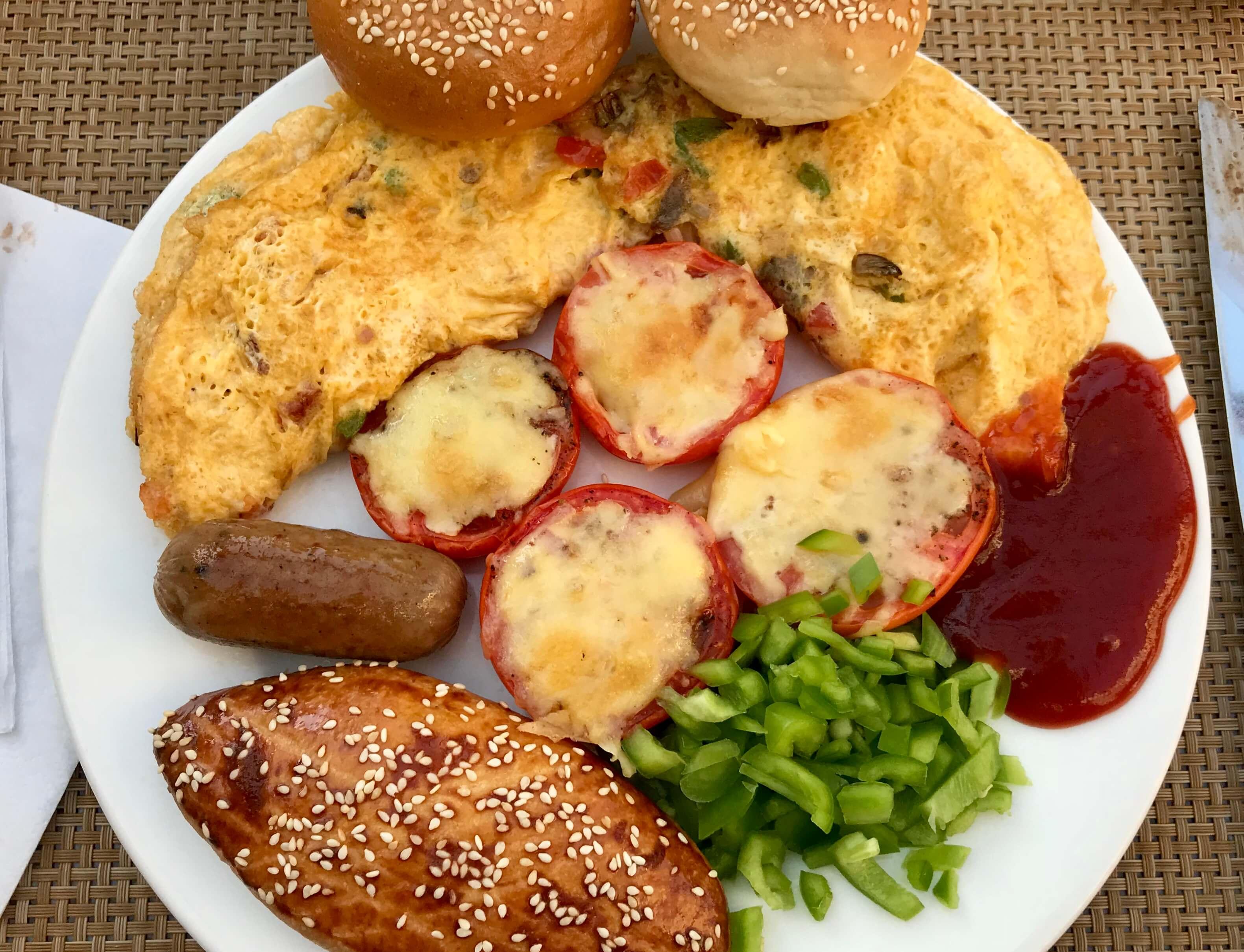Omeleta ze zeleninou a pečivem jako druhý chod